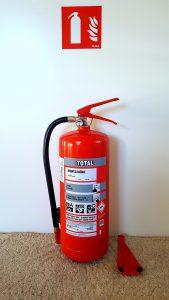 10-10-posebni-ukrepi-varstva-pred-pozarom-gasilnik-z-nalepko